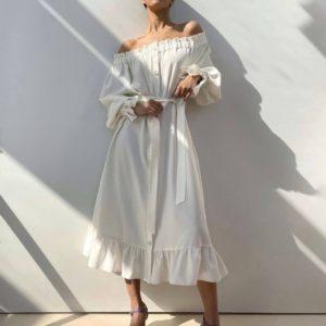 Заказать онлайн женское белое платье-рубашка из льна с открытыми плечами