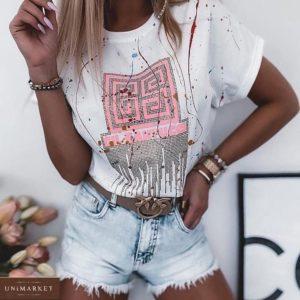 Заказать белую женскую футболку с с принтом из камней онлайн