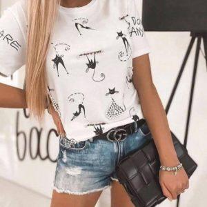 Купить белого цвета женскую футболку с котами и бусинками в Украине