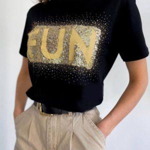 Заказать онлайн черную футболку FUN с пайетками и стразами для женщин