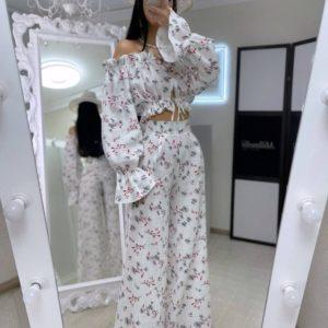 Заказать недорого женский цветочный брючный костюм с топом белого цвета