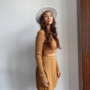 купить летний женский костюм с юбкой плиссе в горчичном цвете недорого