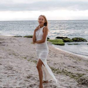 купить летнее вязанное платье молочного цвета с разрезом на ноге по низкой цене