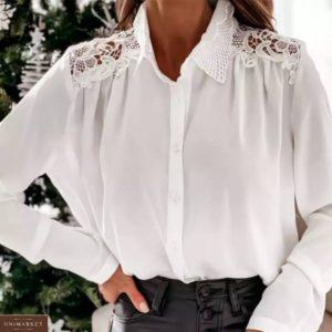 Замовити вигідно білу блузку з мереживом на плечах для жінок