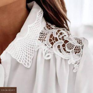Купити зі знижкою білу блузку з мереживом на плечах для жінок