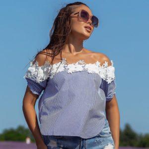 Замовити жіночу синю блузку в дрібну смужку з відкритими плечима (розмір 42-48) по знижці