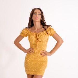 Купить онлайн желтое женское силуэтное платье мини в цветочный принт
