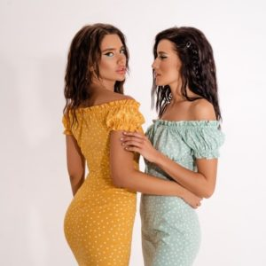 Купить на лето женское силуэтное платье мини в цветочный принт дешево желтое, мята