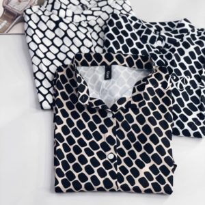 Заказать выгодно черно-белую принтованную шелковую рубашку для женщин