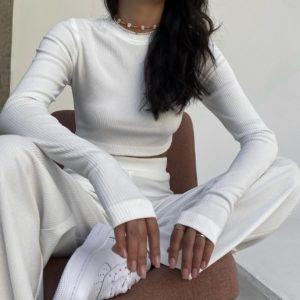 купить женский трикотажный костюм с штанами и укороченным топом белого цвета по лучшей цене от поставщика