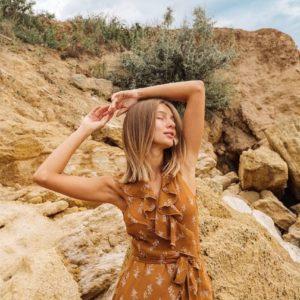 довга сукня з запахом кольору теракот по кращій акційною ціною від магазинів одягу