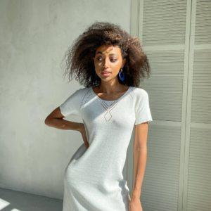 женская туника приталенная белого цвета по цене от поставщика