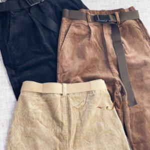 Приобрести бежевые женские брюки джоггеры из микровельвета по скидке