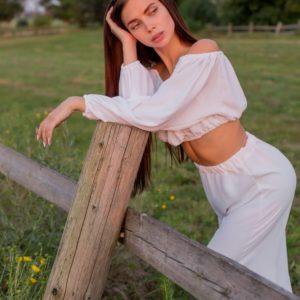 Купить белый онлайн топ и брюки из жатого крепа для женщин
