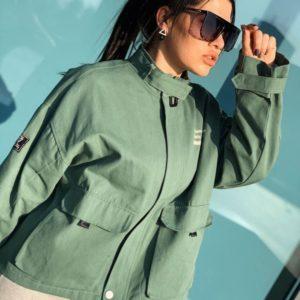 Купить женскую короткую куртку из денима цвета хаки онлайн