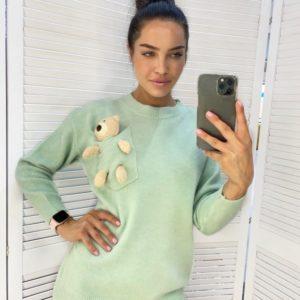 Заказать оливковый женский свитер с мишкой выгодно