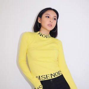 Купить онлайн женский желтый свитер с надписями
