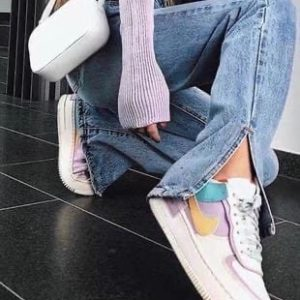 Приобрести дешево женские джинсы прямого кроя с разрезами голубые