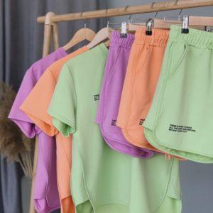 Замовити онлайн фісташка, ліловий, персиковий прогулянковий костюм: шорти і футболка для жінок