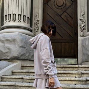 Заказать серый женский костюм: свитшот с капюшоном и юбка по скидке