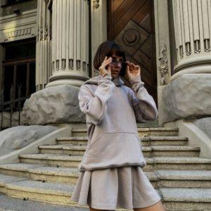 Приобрести выгодно серый женский костюм: свитшот с капюшоном и юбка