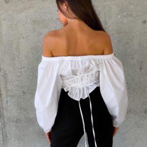 Заказать онлайн белую блузку с открытыми плечами (размер 42-52) для женщин