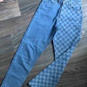Купити зі знижкою жіночі джинси мом в клітку синього кольору