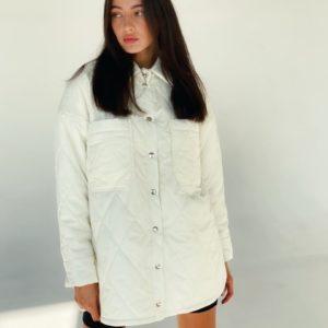 Заказать онлайн белую женскую стёганную куртку-рубашку