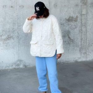 Заказать женскую стёганую куртку без воротника (размер 42-48) белого цвета на осень