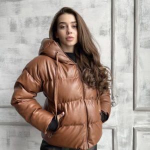 Заказать по скидке коричневую тёплую куртку из эко кожи с капюшоном для женщин