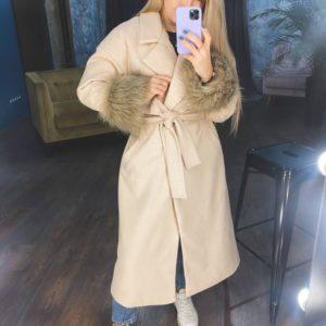 Замовити онлайн бежеве тепле пальто з хутром на рукавах для жінок