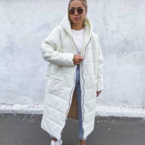 Купить белое женское объемное зимнее пальто свободного кроя по скидке