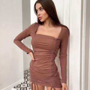 Купить по скидке женское трикотажное платье мини с затяжками цвета мокко