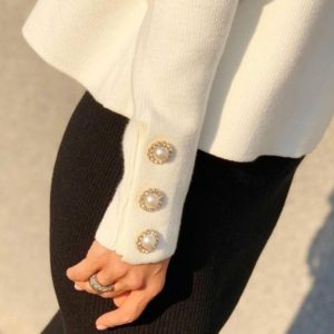 Приобрести по скидке женский свитер с хомутом белого цвета