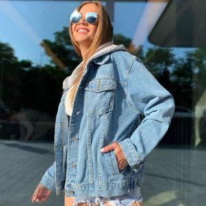 Заказать женскую голубую базовую джинсовку со съемным капюшоном в интернете