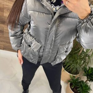 Купить серую женскую короткую куртку с объемными карманами по скидке