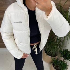 Заказать по скидке белую короткую спортивную куртку для женщин