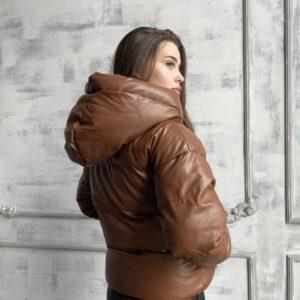 Купить женскую тёплую куртку из эко кожи с капюшоном коричневую онлайн