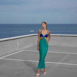 заказать обтягивающее платье из шёлка сине зелёного цвета онлайн по акции