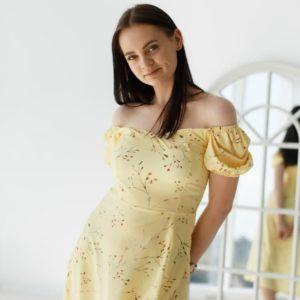 купить нежное женское платье с коротким рукавом жёлтого цвета недорого