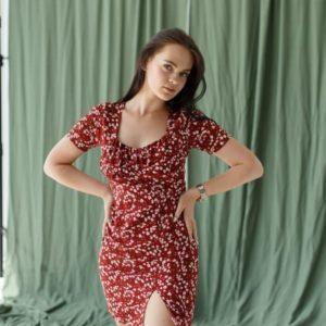 женское платье бордового цвета в цветочек по скидочной цене