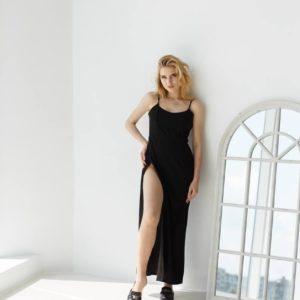 купить вечернее платье с разрезом на ноге на бретелях черного цвета по низкой стоимости