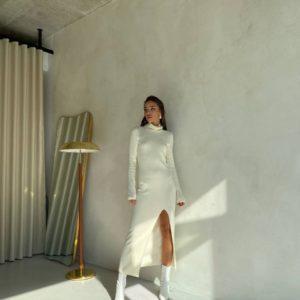 заказать длинное платье с разрезом на ноге молочного цвета по низкой цене онлайн
