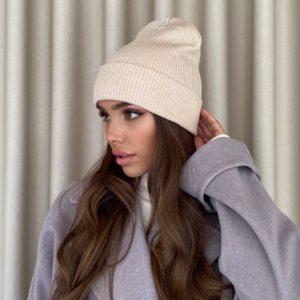 купити жіночу шапку осінню бежевого кольору недорого