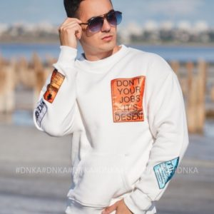 Заказать белый мужской свитшот с нашивками (размер 48-54) по скидке