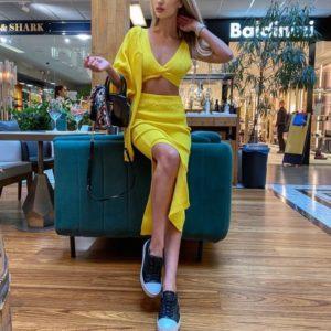 Приобрести желтый вязаный костюм тройку с юбкой по скидке для женщин