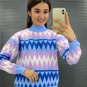 Заказать голубого цвета женский свитер с принтом зигзаг на распродаже