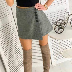 Заказать онлайн серого цвета юбку-шорты с пуговицами для женщин