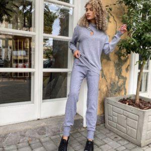 Заказать серый женский костюм машинной вязки с цепью в Украине