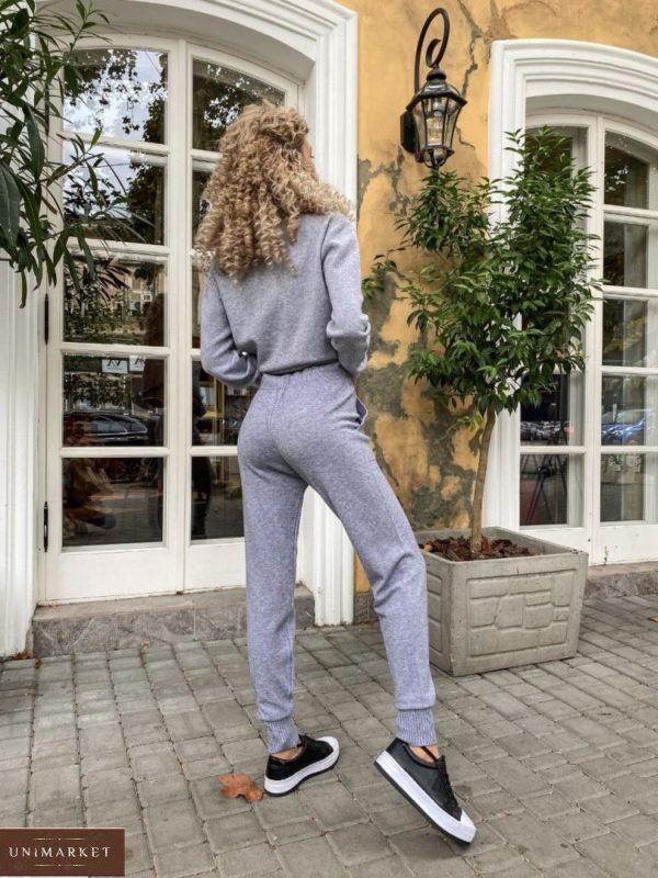 Приобрести бежевый женский костюм машинной вязки с цепью онлайн